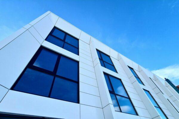 moderna budova s odvetranou fasadou 3