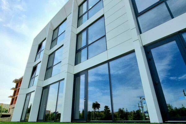 fasada pre modernu budovu z hlinika