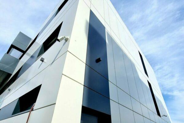odvetrana hlinikova fasada detail budovy