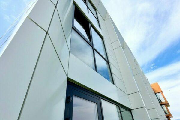 odvetrana hlinikova fasada modernej budovy